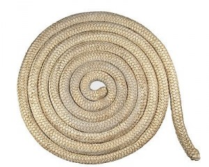 spirale-di-vecchia-corda-nautica-isolata-su-bianco-17807390