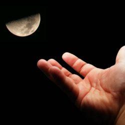 """I """"diti"""" e la luna: la strana narrazione e discussione intorno alla scuola di questi tempi"""